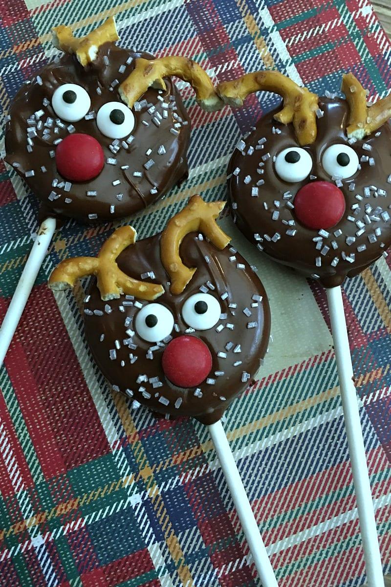 Holiday Reindeer Oreo Pops Recipe #reindeer #ReindeerCookies #HolidayCookies #ChristmasCookies #reindeerrecipe #recipe #christmasrecipe #oreo #oreopops #cookiepops #dippedoreo #dippedoreos #dippedoreocookies #dippedcookies #reindeercookies