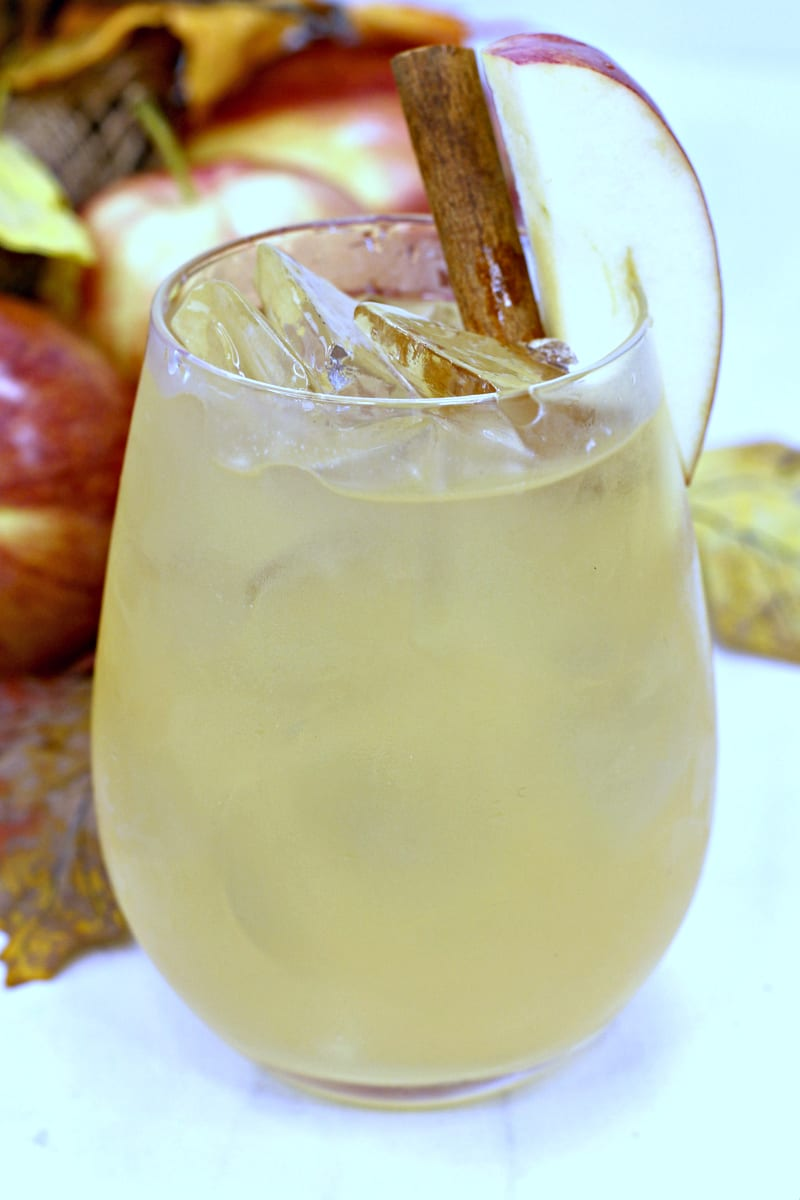 Bourbon Maple Apple Cider Cocktail Recipe for adults 21+ #cocktail #FallCocktail #Recipe #Bourbon #Whiskey #Maple #Cider #AppleCider #FallDrink #MapleCocktail #BourbonCocktail #CocktailRecipe