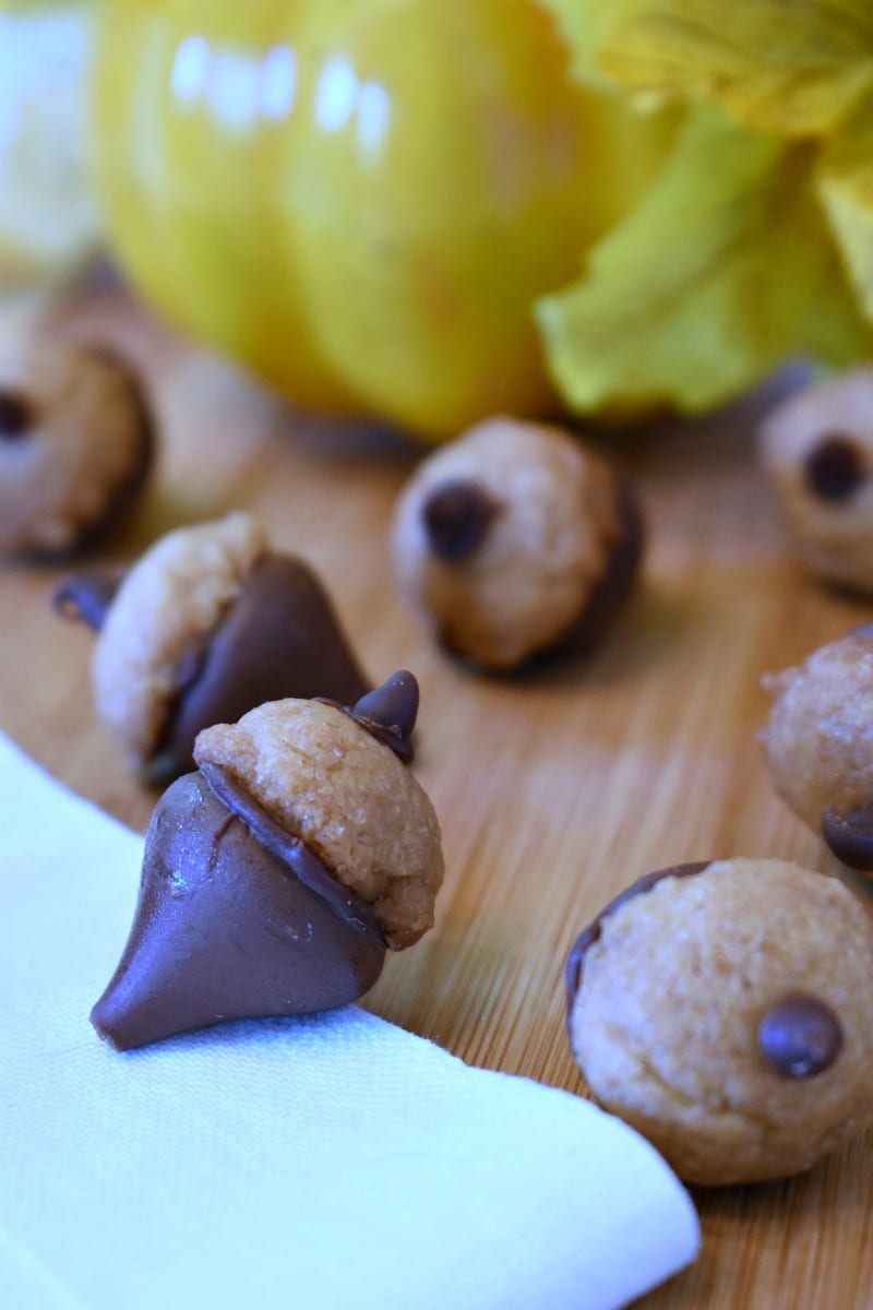 Acorn Kisses Recipe #Thanksgiving #hersheykisses #cookies #FallCookies #FallDessert #ThanksgivingDessert #ThanksgivingCookies #AcornCookies
